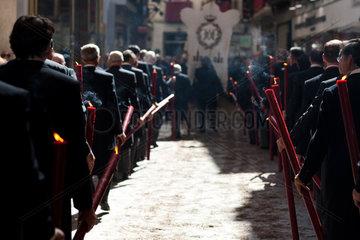 Sevilla  Spanien  Mitglieder einer Bruderschaft mit Kerzen bei der Fronleichnamsprozession