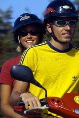 Spanien  Ibiza  junges Paar auf Motorroller
