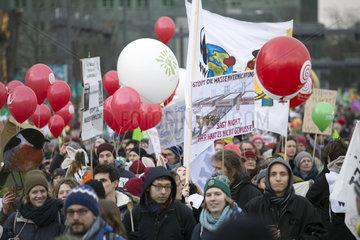 Berlin  Deutschland  Menschen protestieren bei der Demo - Wir haben es satt! gegen die industrielle Landwirtschaft und das Bienensterben.