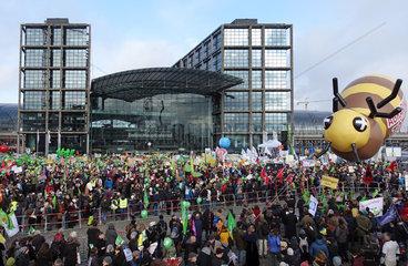 Berlin  Deutschland  Demo - Wir haben es satt! vor dem Hauptbahnhof auf dem Washingtonplatz
