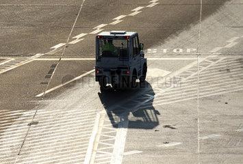 Berlin  Deutschland  Ramp Agent faehrt in einem Auto ueber das Vorfeld des Flughafen Berlin-Tegel