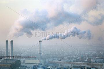 Berlin  Deutschland  Rauchende Schornsteine des Heizkraftwerk Berlin-Mitte