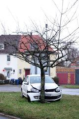 Berlin  Deutschland  Auto ist gegen einen Baum gefahren