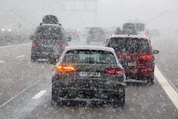 Muenchen  Deutschland  schlechte Sicht auf der Autobahn A8 bei Schneefall