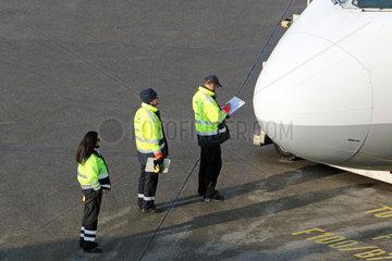 Berlin  Deutschland  Ramp Agents kontrollieren ein Flugzeug auf dem Vorfeld des Flughafen Berlin-Tegel