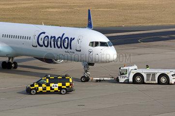Berlin  Deutschland  Boeing 757-330 der Fluggesellschaft Condor wird von einem Push-Back-Fahrzeug bewegt