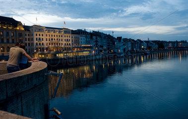 Basel  Schweiz  das Rheinufer mit dem beruehmten Hotel Des Trois Rois am Abend