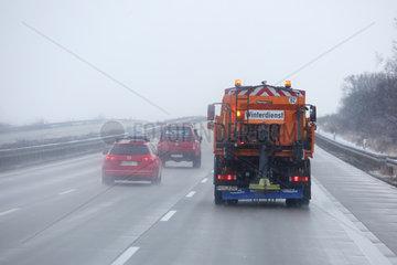 Leipzig  Deutschland  Winterdienst streut auf der Autobahn A9 Salz gegen Glaette
