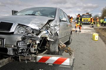 Flintbek  Deutschland  ein Skoda wird nach einem Unfall abgeschleppt
