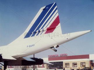 Leipzig  DDR  Heckfluegel einer Concorde der Air France auf dem Vorfeld des Flughafen Leipzig-Schkeuditz