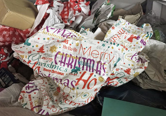 Berlin  Deutschland  Weihnachtsgeschenkpapier einen Tag nach Heiligabend in einem Papiercontainer