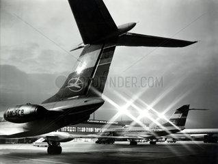Berlin  DDR  Flugzeuge der Interflug am Terminal des Flughafen Berlin-Schoenefeld