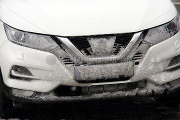 Muenchen  Deutschland  Kennzeichen eines PKW ist mit Schnee bedeckt