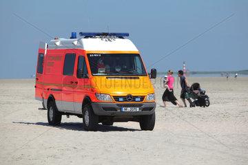 Sankt Peter-Ording  Deutschland  ein Krankenwagen im Einsatz am Strand