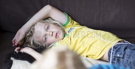 Junge mit Kopfhoerern