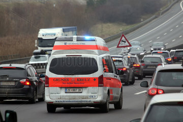 Nuernberg  Deutschland  oesterreichischer Krankenwagen faehrt auf der A9 durch eine Rettungsgasse