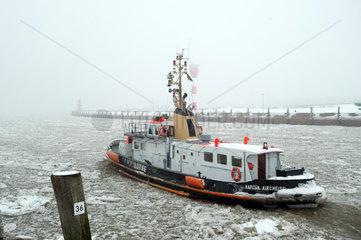 Brunsbuettel  Deutschland  Lotsenversetzboot faehrt in die Unterelbe