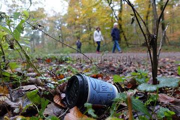 Berlin  Deutschland  Leerer Kaffeebecher liegt im Wald in einem Gebuesch