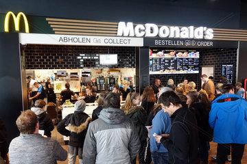 Hermsdorf  Deutschland  Menschen stehen in einer McDonalds-Filiale am Bestell- und Abholtresen an