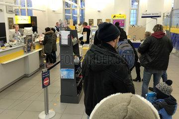 Berlin  Deutschland  Warteschlange in einer Filiale der Postbank