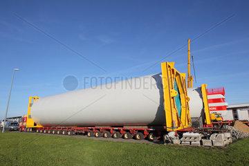 Dagebuell  Deutschland  Windkraftanlage wird fuer Schwertransport vorbereitet