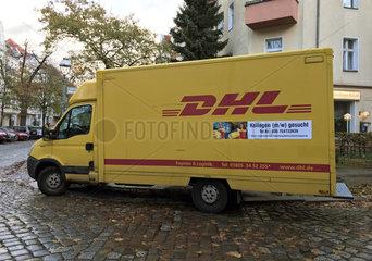 Berlin  Deutschland  Lieferwagen der DHL mit Bewerbungsaufruf