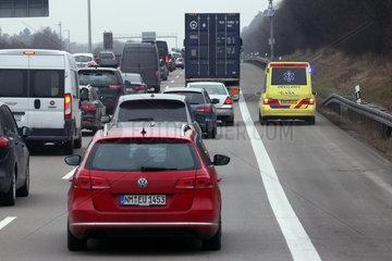 Nuernberg  Deutschland  niederlaendischer Krankenwagen faehrt auf der Standspur der A9 an einem Stau vorbei