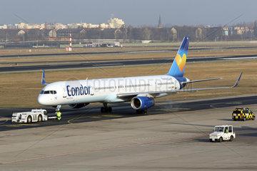 Berlin  Deutschland  Boeing 757-330 der Fluggesellschaft Condor auf dem Vorfeld des Flughafen Berlin-Tegel