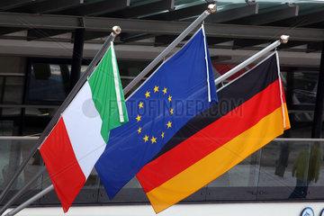 Reischach  Italien  Nationalfahne von Italien  Fahne der Europaeischen Union und Nationalfahne der Bundesrepublik Deutschland