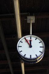 Berlin  Deutschland  Uhr zeigt Fuenf Minuten vor Zwoelf