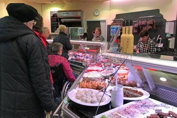 Berlin  Deutschland  Menschen stehen an der Theke einer Fleischerei an