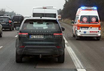 Nuernberg  Deutschland  italienischer Krankenwagen faehrt auf der Standspur der A9 an einem Stau vorbei