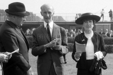 Leipzig  Konsul Rudi Mehl (links)  Maria Mehl-Muelhens und Dr. Guenter Gereke im Portrait