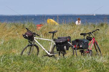 Steinbergkirche  Deutschland  zwei Fahrraeder stehen im Gras am Ostseestrand