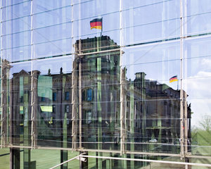 Berlin - Spiegelung des Reichstagsgebaeudes