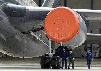 Dresden  Deutschland  Mitarbeiter auf dem Gelaende der EADS Elbe Flugzeugwerke GmbH