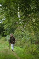 Albersdorf  Deutschland  eine Frau unterwegs auf einem Wanderweg