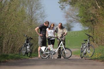 Oeversee  Deutschland  Radfahrer auf einer Strasse mit Elektrofahrraedern der Modellreihe Flyer der Biketec AG