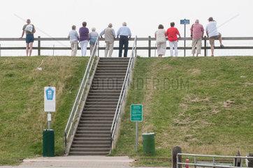 Reussenkoege  Deutschland  Besucher an der Badestelle Luettmoorsiel am Beltringharder Koog