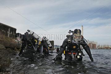 Flensburg  Deutschland  Polizeitaucher im Flensburger Hafen