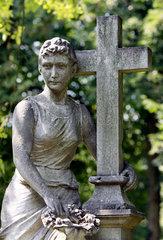 Berlin  Grabfigur mit Kreuz