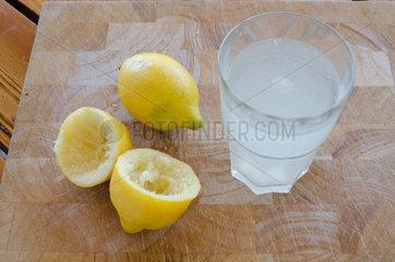 Cres  Kroatien  frisch gepresste Zitrone und ein Glas Wasser.