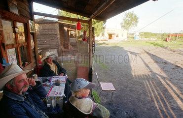 Als Cowboys verkleidete Menschen im Wild-West-Dorf WESTERN CITY in Leba  Polen