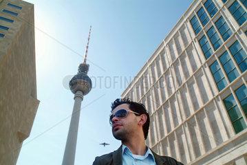 Berlin  Mann mit Sonnenbrille am Alexanderplatz