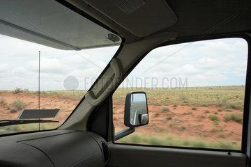 Flagstaff  USA  Blick aus dem Fenster und der Frontscheibe waehrend der Fahrt