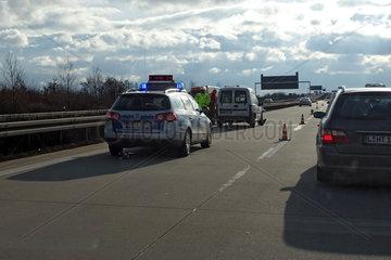 Leipzig  Deutschland  Unfallaufnahme durch die Polizei auf der Autobahn A9