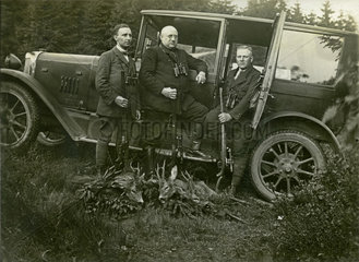 Jaeger mit erlegtem Wild  1927
