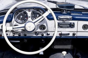Oldtimer Mercedes Benz 190 SL  Baujahr 1962  1884 ccm  105 PS  175 km/h  Nahaufnahme des Armaturenbretts mit Lenkrad