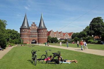 Luebeck  Deutschland  Radfahrer vor dem Holstentor