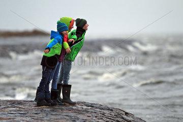 Dagebuell  Deutschland  Kinder stehen auf dem Deich und stemmen sich gegen den Wind